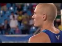 Amerykański zawodnik słysząc hymn swojego kraju przerywa swój skok