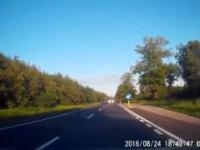 Kierowcy w Polsce 1 Ciężarówka wyprzedza autobus, auto ucieka.