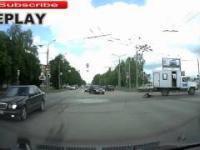 Człowiek wypada z ciężarówki na środku skrzyżowania