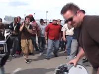 Nietypowy pojedynek perkusistów