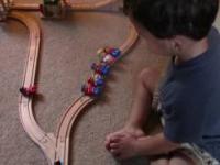 Dwuletni chłopczyk rozwiązuje problem moralny znany jako