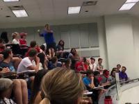 Wykładowca powiedział, że cała klasa dostanie 100% z testu jeśli student trafi do kosza