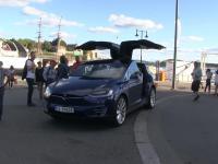 Co się stanie gdy zostawisz otwartą Teslę Model X przy deptaku w mieście