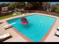 Mycie samochodu w ...basenie!?