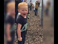 Reakcja małego dzieciaka na przejazd motocykli wyścigowych