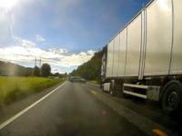 Norweski radiowóz zajeżdża drogę Polskiej ciężarowce