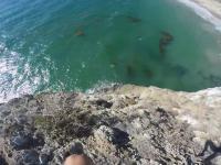 Idiota skacze z klifu do wody