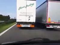 Ciężarówki wyprzedzają się na czeskiej autostradzie