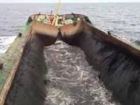 Oszałamiające! Barka rozładowuje drewno prosto do wody. Awaria statków.