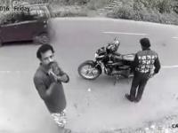 Złodziej zauważa kamerę i postanawia oddać skradziony portfel