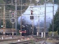 Szybki przelot przez stację składu ciągniętego przez dwie lokomotywy parowe