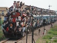 Całe przepełnione indyjskie pociągi - szaleńcza ekstremalna podróż