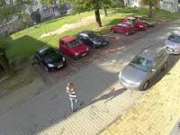 Blondynka wyjeżdża z parkingu