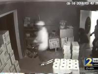 Kobieta broni swojego domu przed bandytami