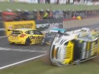 Kompilacja wypadków w sportach motorowych na torze wyścigowym