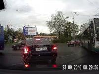 Był samochód i... nie ma samochodu, został zmieciony na skrzyżowaniu