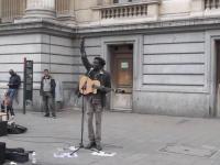 Kobieta spontanicznie dołącza do ulicznego grajka i wspólnie z nim śpiewa