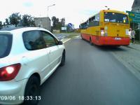 Kierowca Peugeota tamuje ruchu i pokazywanie obraźliwye gesty
