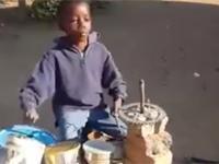 Dzieciak gra na perkusji własnej roboty