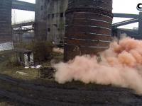 bardzo efektowne wyburzenie dwóch kominów naraz