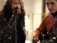 Steven Tyler - na ulicy moskwy śpiewa z ulicznym grajkiem
