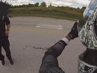 Policyjna kontrola motocyklisty z bronią palną