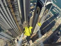 Wingsuit między drapaczami chmur w Dubaju