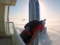 Skok z wieżowca w gęste chmury