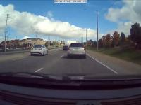 Karma dla kierowcy siedzącego na zderzaku