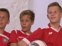 Młodzi piłkarze na sesji zdjęciowej. Nagle wchodzi ON...