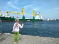 Mała dziewczynka prosi kapitana statku o sygnał