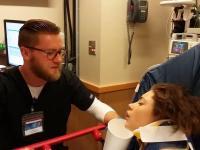 Dziewczyna pod wpływem silnych leków znieczulających podrywa pielęgniarza