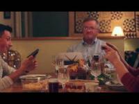 Syn zapatrzony w komórkę, ignoruje rodzinę przy obiedzie