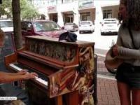 Bezdomny dla relaksu zagrał sobie na fortepianie