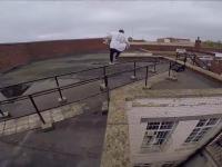Ochroniarz prosi traserów o zejście z dachu. Ci robią to w swoim stylu