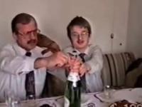 Ojciec z synem otwierają szampana, rok 1997