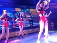 Sąsiadka Azjatka tańczy