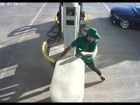 Pijany kierowca BMW rozbija się na stacji benzynowej