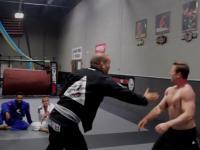 Mistrz Jiu-Jitsu robi miazgę z Bodybuildera
