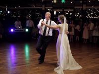 Szalony taniec ojca z córką na weselu