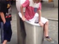 Dzieciak wchodzi kosza na śmieci ...podziemnego