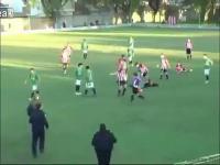 Piłkarz podczas meczu zabił sędziego uderzeniem w krtań