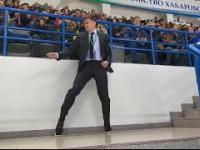 Ochroniarz daje czadu przed meczem hokeja na lodzie