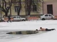 Skromnie ubrany Rosjanin ratuje psa