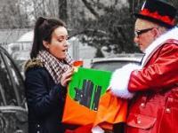 Bezczelny dziadek rozdaje prezenty w taksówce