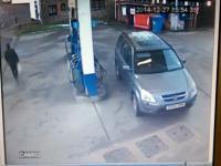 Kobiecy mózg w akcji na stacji benzynowej