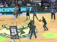 Fan koszykówki wykonuje rzut za 5 000 dolarów