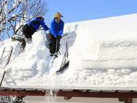 Usuwanie z dachu ogromnej ilości śniegu