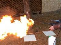 Koleś zrobił domowej roboty miotacz ognia :D