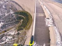 Jazda rowerem po poręczy nad 200m przepaścią
